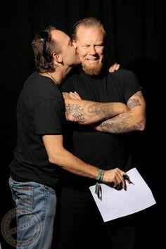 Lars Ulrich tascando um beijo em James Hetfield