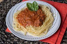 Un classique.. une recette toute simple que je vous propose aujourd'hui... vive le fait maison ! trop facile au Thermomix ! C'est parti pour la recette... Ingrédients pour 5 personnes : 700g de viande hachée 1 oignon 1 gousse d'ail 400g de coulis de tomates... Sauce Spaghetti, Spaghetti Bolognese, Ethnic Recipes, Hui, Food, Simple, Tomato Paste, Tomatoes, Essen