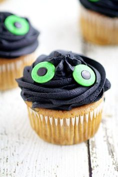 Quick, easy, and adorable Toothless Cupcakes that are perfect for a How to Train Your Dragon birthday party and your Dragon-Trainer-In-Training will love! Great for a How to Train Your Dragon Birthday Party! Dragon Birthday Cakes, Dragon Birthday Parties, Dragon Party, Birthday Cupcakes, Toothless Party, Toothless Cake, Toothless Dragon, Cupcake Tutorial, Dragon Crafts