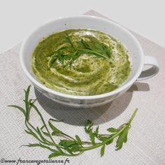 Typiquement parisienne, la soupe cressonnière est un potage verdoyant à la  saveur douce, veloutée, très revigorant...  Outre du cresson (de fontaine ou alénois), des pommes de terre et du  poireau apportent leur concours. Le tri et la découpe du cresson sont  fastidieux, mais la mise en œuvre