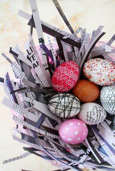 Eier mit Faden umwickelt, gefärbt und mit weißem  Edding bemalt, mit Uhu bepunktet und dann gefärbt, bemustert und beschriftet.