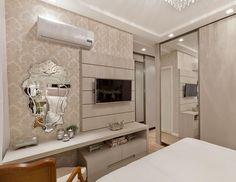 """""""Móvel prático para quarto casal que alia o painel da tv e tbm o camarim com espelho veneziano Boa noite queridos #boanoite #instaarch #instadecor…"""""""