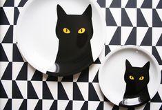 Serez-vous interpellé comme moi par ces grands yeux de matou ? Mais qui se cache derrière ce chat noir ? Johanna Gartmyr, designer suédoise, ce nom ne vous dit sans doute pas grand chose, mais peut-être êtes-vous déjà tombé sur…