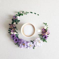 Apreciar las pequeñas cosas de la vida sirve para hacer feliz a algunos. Esta chica japonesa lo demuestra combinando sus pasiones: flores, café y fotografía...