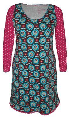 ab507c90526323 Bijzonder mooie jurk met bloemen en uieln. De jurk is afgewerkt met roze  kantjes.