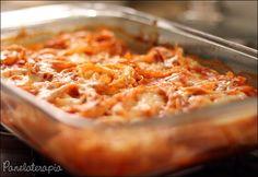 Macarrão com gosto de lasanha bem fácil de fazer! Primeiro você liga o forno e deixa aquecer em 200º. Aí você mistura 1 sachê ou lata de molho pronto com a mesma quantidade e mais metade de água fe…