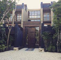Busca imágenes de diseños de Casas estilo clásico}: Main facade Tulum Project. Encuentra las mejores fotos para inspirarte y y crear el hogar de tus sueños.