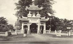 Toegangspoort van de Chineese graf op Bangkong Semarang 1920-1940.