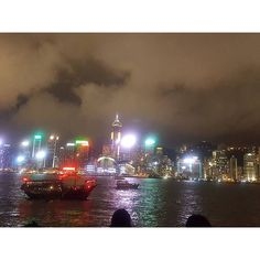 Instagram【zzxx1237】さんの写真をピンしています。 《很多人拍的維多利亞港夜景🌃  香港真的沒什麼好買的 根本沒買什麼東西  這裡消費真的好高 隨便吃個飯都快要千元了  錢幾乎都花在吃飯上  晚上九9點多飛機要回台灣了 到桃園機場也快要12點了✈  #維多利亞港#尖沙咀#尖沙嘴#香港 #香港 #下雨#雨天#雨#爛天氣#旅遊#玩#好累#累#想睡覺#出國#HongKong#HK#台灣#夜景#風景#飛機#回家#機場#✈》