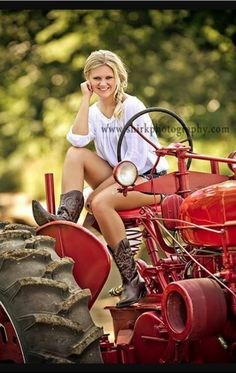 senior brought in her grandfather's first tractor! It's great incorporating personal items into senior sessions!This senior brought in her grandfather's first tractor! It's great incorporating personal items into senior sessions! Senior Portraits Girl, Senior Girl Photography, Senior Photos Girls, Senior Girl Poses, Senior Girls, Senior Session, Senior Posing, Country Girl Photography, Girl Photos