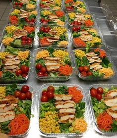 Office staff gone green w/ Opening Gift Baskets & Event Catering.grill chicken on a bed of greens topped with corn carrots cherry tomatoes with a splash of chz. are what you eat Lunch Recipes, Salad Recipes, Healthy Recipes, Cafeteria Food, Cafe Food, Kids Nutrition, Food Presentation, Kids Meals, Meal Prep