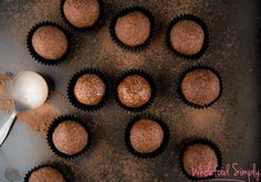 4 Ingredient No Blend Bliss Balls. Simple, delicious and free from gluten, grains, dairy, egg and refined sugar. Power Balls, Energy Balls, Protein Ball, Protein Bites, Clean Eating Desserts, Bliss Balls, Raw Food Recipes, Healthy Recipes, Kid Recipes