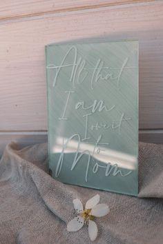 Oh so delicate.  Ganz speziell für die beste Mama der Welt.  Unsere fineart Acrylkarten in 3 bezaubernden Versionen werden aus glasklarem Acryl gefertigt .  Wunderschöne & zeitlose Designs, graviert in 3mm Acrylglas sind ein garantierter Hingucker.  Der Clou? Deine Karte wird mit 2 kleinen Acrylglas Stehern versendet und kann dann perfektals Deko aufgestellt werden.  Die Karte kommt m... Beste Mama, Designs, Fine Art, Cover, Books, Pastel Colors, Light Rose, Mother's Day, World