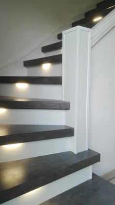 Ken jij de nieuwe interieurtrend betonlook al? Deze trap is bekleed met betonlook traptreden in combinatie met witte stootborden en ledverlichting. Staircase Railings, Staircase Design, Stairways, Stair Renovation, Stair Makeover, Stair Lighting, Painted Stairs, House Stairs, House Goals