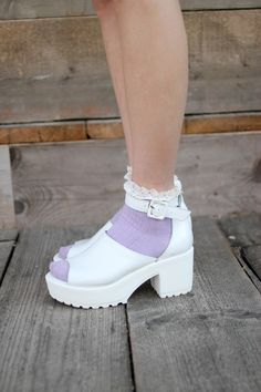 White Leather Sandals <3  https://marketplace.asos.com/listing/sandals/white-leather-chunky-heel-sandals/482939