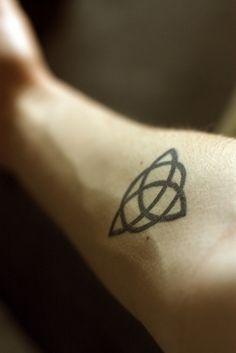 IL SIGNIFICATO DEI TATUAGGI: LA TRIQUETRA  La Triquetra è un antico simbolo celtico che simboleggiava una divinità femminile tripla, diventato poi nell'Irlanda cristiana un simbolo della Trinità.  Rappresenta anche il ciclo infinito (il ciclo della vita) ma poco si sa delle effettive origini di questo simbolo… leggi tutto su http://tattoodefender.tumblr.com/post/90744567679/il-significato-dei-tatuaggi-la-triquetra #tatuaggio #significatitatuaggi #significatotattoo #triquetra #celtic