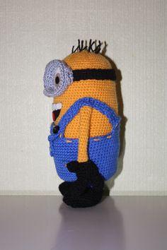 Ta-Taaa.      Meillä on Minioni hysteria! Innostuin Itse ilkimys teemaan liittyvän työn, nimittäin minion-pehmolelun.   Tämä oli aika haas...