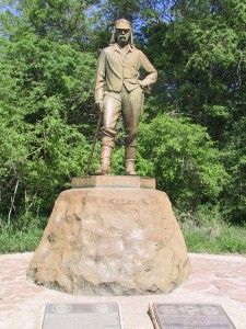 David Livingstone - statue at Victoria Falls (Rhodesia) David Livingstone, Church Of Scotland, Military Coup, Victoria Falls, Out Of Africa, Godly Man, All Nature, African Safari, African History