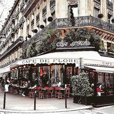 """O tradicional Café de Flore em Saint German des Prés, #Paris, abriu suas portas na década de 1880 e já foi frequentado por muitos intelectuais e artistas. Vale uma visita!  foto via @guiadeparis  Mais dicas da cidade você encontra no nosso guia """"Roteiro de 7 dias em Paris e arredores"""" (link pro blog aqui na bio). #GuiaDeParis #turistaprofissional #france #igersparis #iloveparis #prayforparis #travel #viagem"""