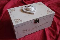 Boite à bijoux ou autres. Décoration aux pochoirs, coeur en bois et plâtre.