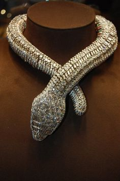 cartier maria felix white gold and platinum snake necklace. I love reptiles, especially diamond ones Cartier Gold, Cartier Jewelry, Bling Jewelry, Statement Jewelry, Vintage Jewelry, Jewelry Accessories, Jewelry 2014, Snake Necklace, Snake Jewelry