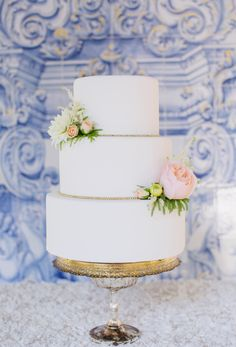 Elegant gilded cake: http://www.stylemepretty.com/california-weddings/2015/09/18/elegant-summer-wedding-inspiration-at-rancho-las-lomas/ | Photography: Damaris Mia - http://www.damarismia.com/