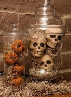Creepy DIY Halloween Decorations For a Spooky Halloween - Home Decor Ideas Decoration Haloween, Scary Halloween Decorations, Halloween Party Decor, Halloween Decorating Ideas, Halloween Kitchen Decor, Farmhouse Halloween, Christmas Decorations, Diy Party, Office Halloween Themes