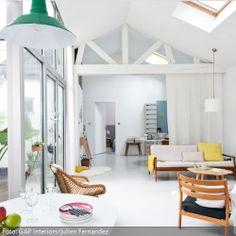 Geräumiges Wohnzimmer mit Dachschrägen   roomido.com