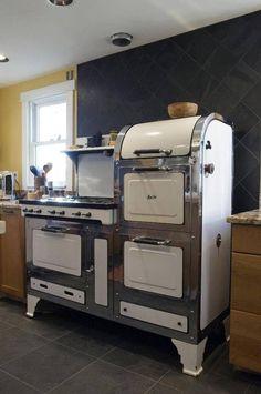 A great vintage stove! A great vintage stove! Cuisinières Vintage, Vintage Pyrex, Vintage Decor, Vintage Furniture, Vintage Stuff, Vintage Baking, Design Vintage, Style Vintage, Vintage Beauty