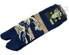 Our fun stretch ankle Tabi Socks are made to look like the traditional Japanese socks, featuring a 'gap' or 'separation' between the big toe and other toes. The traditional Japanese pattern of Wave against a navy background.