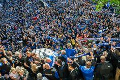 https://flic.kr/p/eiyf4r | No time for Loser... | Aufstiegsfeier des DSC Arminia Bielefeld (von der 3. in die 2. Bundesliga). Vom Balkon des Rathauses der Stadt Bielefeld. Links unten sind die Spieler. Germany, Leica x1