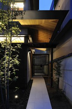 Two-family home located in Sakyo Ward, Kyoto City, Japan Japanese Furniture, Japanese Interior, Japanese Architecture, Modern Architecture, Zen Style, Japanese House, Custom Homes, Interior And Exterior, Entrance