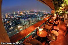 プルマン ホテル シーロムの 37 階にあるスカーレット ワイン バー アンド レストランでは、刻々と変化するバンコクに広がる見事な摩天楼の海を見渡しながら、素晴らしい各国料理を堪能できます。広い店内に足を踏み入れた瞬間から、温かい雰囲気に包まれ、外の世界の緊張が次第に薄れていくのを感じます。フロア全体を占めるダイニング ルームは、照度に差を付けて光の島を作