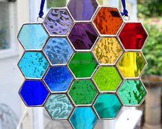Arc en ciel abeille en nid d'abeille vitrail Art Suncatcher verre multicolore conçu et fait à la main par la mer de verre