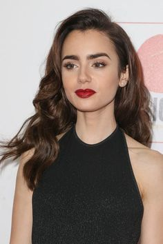 Lily Collins Wavy Barrel Curls, Side Part Hairstyle Side Part Hairstyles, Easy Hairstyles, Lilly Collins Hair, Lily Collins Makeup, Lily Collins Style, Steal Her Style, Side Swept Curls, Barrel Curls, Hair Goals
