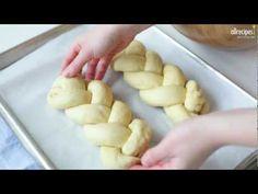 Hefezopf mit Pistazien und Orangeat, perfekt zum Sonntagsfrühstück. Das Rezept gibts auf Allrecipes Deutschland: http://de.allrecipes.com/rezept/13836/hefezopf-mit-pistazien-und-orangeat.aspx
