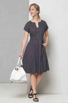 Met deze jurk zie je er zowel gekleed als relaxed uit, het is maar hoe je hem combineert. Met een paar slippertjes eronder doet ie het ook goed op een vakantiedag. Dit patroon is speciaal gemaakt voor lichaamslengte 1.84m  Bestel je dit patroon, dan ontvang je ook het patroon KM1605-105N Jurk er gratis bij!
