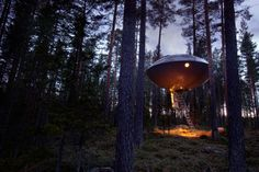 This awesome UFO tree house is one of the many unique rooms available at the Treehotel. The UFO is a spacious hotel room is built for five and has all the amenities of a normal hotel room. Ufo, Beautiful Tree Houses, Amazing Houses, Treehouse Hotel, Tiny House, Unusual Hotels, Futuristisches Design, Interior Design, Baumgarten