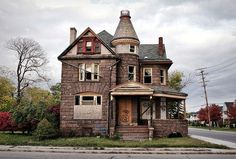 Abandoned mansion in Detroit looks like a haunted house Abandoned Detroit, Abandoned Property, Old Abandoned Houses, Abandoned Buildings, Abandoned Places, Old Houses, Abandoned Castles, Old Mansions, Abandoned Mansions