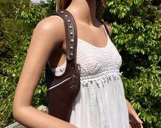 Leather shoulder holster bag / holster bag Made in FRANCE Sacoche Holster, Bronze, Leather Skin, Bag Making, How To Make, How To Wear, Shoulder, Bags, Beauty
