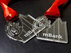 Medale dla banku z pleksi przezroczystej grawerowane o ciekawym wyciętym kształcie.