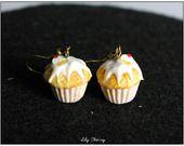 Boucle d'oreille pendantes cupcake blanc en pâte polymère fimo : Boucles d'oreille par lilycherry