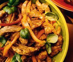 Testa att marinera din kyckling i soja för en härlig och intensiv smak! Blanda ihop socker, lime, soja, kajennpeppar, oregano, kanel och olivolja. Marinera kycklingen och stek sedan tillsammans med paprikor. Supergott! Tex Mex, Paella, Thai Red Curry, Mexican, Ethnic Recipes, Lime, Food, Meal, Eten