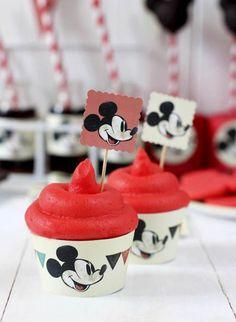 Una mesa dulce con Mickey Mouse