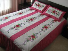 EDREDÓN EN FLORES CON COLORES LLAMATIVOS Table Covers, Bed Covers, Bed Cover Design, Designer Bed Sheets, Diy Crafts For Adults, Easy Quilts, Bedspreads, Applique Designs, Square Quilt