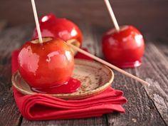 Receta de Manzanas Acarameladas | Manzanas frescas cubiertas de un caramelo súper básico, de azúcar refinada con un toque de colorante rojo. Fáciles de preparar, estoy segura que a tus hijos les encantarán.