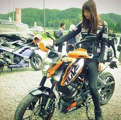 「バイク好きと出会って仲良くなりたい」「ライダー同士で婚活したい」と思う男性女性のために、「バイク好きと出会うための方法と仲良くなるコツ」を紹介します。 Lady Biker, Biker Girl, Local Girls, Bike Style, Biker Chick, Motorcycle Bike, Super Bikes, Street Bikes, Asian Girl