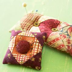 Make your own pin cushions for small scraps. It takes just a few fabric bits and buttons to make tiny pin pillows. Give one away, use one to accent your sewing room, or tuck one in your on-the-go sewing kit. Sewing Patterns Free, Free Sewing, Free Pattern, Sewing Kits, Pattern Sewing, Doll Patterns, Sewing Ideas, Easy Sewing Projects, Sewing Crafts