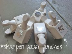 DIY TIP~ HOW TO SHARPEN PAPER PUNCHES~ Foil & wax paper! Fold a piece of foil in fourths. Punch times, rotating the piece of foil as needed.Punch a piece of wax paper a few times to smooth out the rough edges. Card Making Tips, Card Making Techniques, Making Ideas, Embossing Techniques, Paper Punch, Punch Art, Do It Yourself Baby, Craft Punches, Card Tutorials