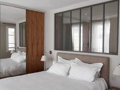 Une verrière (chez Verrière Atelier d'artiste) sépare le lit de la salle de bains. Un film opacifiant (chez OX-Home) garde l'espace confiden...